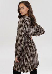 Born2be - Czarno-Beżowa Sukienka Dynoth. Okazja: na co dzień. Kolor: beżowy. Materiał: guma. Długość rękawa: długi rękaw. Wzór: gładki. Typ sukienki: plisowane, kopertowe. Styl: casual. Długość: mini