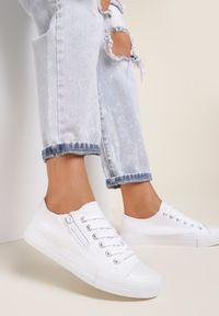 Renee - Białe Trampki Peilina. Nosek buta: okrągły. Zapięcie: sznurówki. Kolor: biały. Materiał: materiał. Szerokość cholewki: normalna. Wzór: bez wzorów, gładki