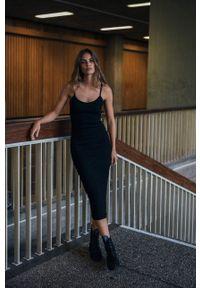 MUUV - Sukienka Cotton Tunnel. Kolor: czarny. Materiał: bawełna, dzianina, elastan, prążkowany. Długość rękawa: na ramiączkach. Typ sukienki: dopasowane