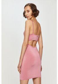 Guess - Sukienka. Kolor: różowy. Materiał: dzianina. Długość rękawa: na ramiączkach. Wzór: gładki. Typ sukienki: dopasowane