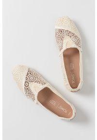 Toms - Espadryle Alpargata. Nosek buta: okrągły. Kolor: beżowy. Obcas: na obcasie. Wysokość obcasa: niski