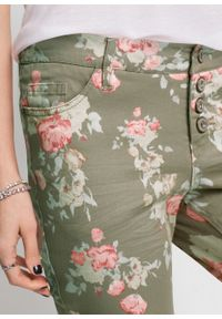 Zielone spodnie bonprix w kwiaty