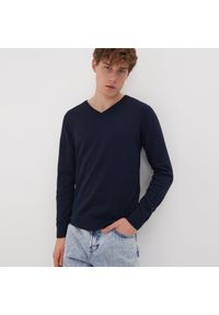 Niebieski sweter Sinsay z dekoltem w serek