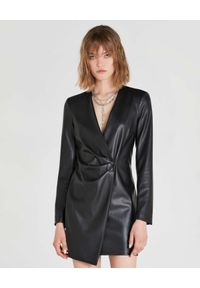 Patrizia Pepe - PATRIZIA PEPE - Czarna sukienka mini z ekologicznej skóry. Typ kołnierza: dekolt w kształcie V. Kolor: czarny. Długość rękawa: długi rękaw. Długość: mini
