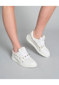 VALENTINO - Sneakersy Rockstud. Kolor: biały. Materiał: guma, materiał. Wzór: aplikacja