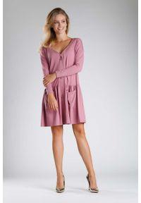 Nommo - Różowa Sukienka o Luźnym Fasonie Zapinana na Guziki. Kolor: różowy. Materiał: bawełna, poliester