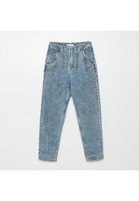 Cropp - Mom jeans z efektem sprania - Niebieski. Kolor: niebieski