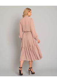 SELEZZA LONDON - Różowa sukienka midi. Typ kołnierza: kokarda. Kolor: fioletowy, różowy, wielokolorowy. Materiał: materiał. Długość rękawa: długi rękaw. Typ sukienki: rozkloszowane, kopertowe. Styl: wizytowy, elegancki. Długość: midi