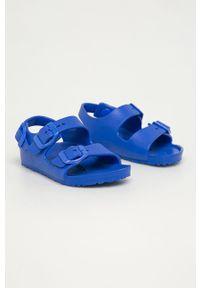 Niebieskie sandały Birkenstock na klamry