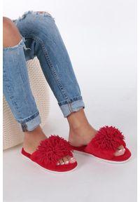 Casu - Czerwone klapki z futerkiem casu. Kolor: czerwony. Materiał: futro. Sezon: lato