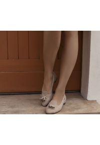 Zapato - dziurkowane baleriny z ostrym noskiem - skóra naturalna - model 047 - kolor cappuccino. Zapięcie: pasek. Materiał: skóra. Wzór: kolorowy, ażurowy. Obcas: na obcasie. Styl: klasyczny. Wysokość obcasa: średni