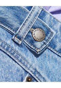 RETROFETE - Niebieskie szorty Tessa. Stan: podwyższony. Kolor: niebieski. Materiał: wełna, jeans. Wzór: nadruk. Styl: elegancki