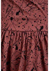 Marie Zélie - Sukienka Larissa Paridae cynamonowa. Typ kołnierza: dekolt kopertowy. Kolor: brązowy. Materiał: bawełna, dzianina, materiał, elastan, skóra. Długość rękawa: krótki rękaw. Typ sukienki: kopertowe