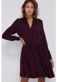 TOMMY HILFIGER - Tommy Hilfiger - Sukienka. Kolor: czerwony. Materiał: tkanina, wiskoza, materiał. Długość rękawa: długi rękaw. Typ sukienki: rozkloszowane