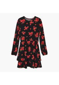 Cropp - Sukienka w kwiaty - Czarny. Kolor: czarny. Wzór: kwiaty