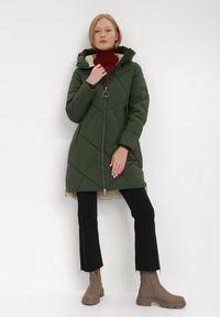 Born2be - Ciemnozielona Kurtka Oreithamia. Kolor: zielony. Materiał: tkanina, puch. Długość: długie. Wzór: aplikacja