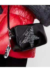 GOLDEN GOOSE - Czarna torebka Star z kryształami Swarovskiego. Kolor: czarny. Wzór: aplikacja. Dodatki: z breloczkiem