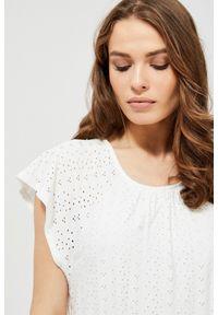 Biała sukienka MOODO w koronkowe wzory, z dekoltem w łódkę, prosta