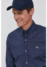 Lacoste - Koszula bawełniana. Okazja: na co dzień. Typ kołnierza: button down. Kolor: niebieski. Materiał: bawełna. Długość rękawa: długi rękaw. Długość: długie. Wzór: aplikacja. Styl: casual
