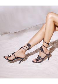 RENE CAOVILLA - Czarne sandały z aplikacjami Floriane. Nosek buta: okrągły. Kolor: szary. Materiał: zamsz. Wzór: aplikacja. Obcas: na obcasie. Wysokość obcasa: średni