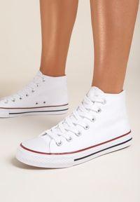 Renee - Białe Trampki Kelapheu. Nosek buta: okrągły. Zapięcie: sznurówki. Kolor: biały. Materiał: materiał, guma. Szerokość cholewki: normalna. Wzór: aplikacja. Obcas: na płaskiej podeszwie. Styl: klasyczny
