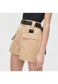 Beżowe spodnie Cropp krótkie