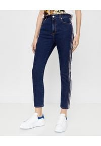 Alexander McQueen - ALEXANDER MCQUEEN - Niebieskie jeansy z wąską nogawką. Kolor: niebieski. Wzór: aplikacja. Styl: klasyczny