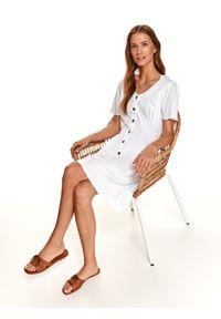 TOP SECRET - Zwiewna sukienka z guzikami i marszczeniem w talii. Kolor: biały. Sezon: jesień