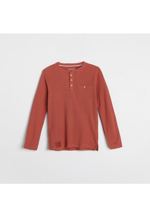Reserved - Koszulka longsleeve z kieszenią - Czerwony. Kolor: czerwony. Długość rękawa: długi rękaw