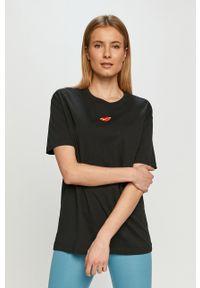 Nike Sportswear - T-shirt. Okazja: na co dzień. Kolor: czarny. Materiał: dzianina. Wzór: nadruk. Styl: casual
