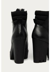 Czarne botki Calvin Klein Jeans na średnim obcasie, z okrągłym noskiem, na sznurówki