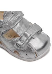 Geox - Sandały GEOX - B Kaytan G. B B1551B 0Y2NF C1007 Silver. Zapięcie: pasek. Kolor: srebrny. Materiał: skóra. Wzór: paski. Sezon: lato. Styl: wakacyjny, młodzieżowy
