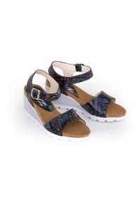 Zapato - sandałki na koturnie - skóra naturalna - model 346 - kolor indian. Okazja: na co dzień. Materiał: skóra. Wzór: nadruk, kolorowy. Sezon: lato. Obcas: na koturnie. Styl: boho, klasyczny, casual