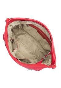 Wittchen - Damska skórzana listonoszka z łańcuszkami. Kolor: czerwony. Wzór: kropki, aplikacja. Materiał: skórzane. Rodzaj torebki: na ramię