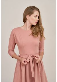 Marie Zélie - Sukienka Anastazja pąsowy róż. Kolor: czerwony, różowy, wielokolorowy. Materiał: bawełna, dzianina, materiał, elastan, skóra. Typ sukienki: rozkloszowane. Styl: klasyczny