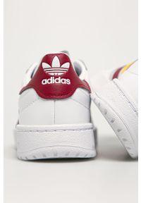 Białe sneakersy adidas Originals na obcasie, z okrągłym noskiem, z cholewką, na średnim obcasie