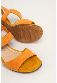 Pomarańczowe sandały Marco Tozzi na klamry