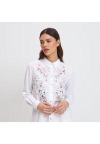 Mohito - Koszula z kwiatowym haftem - Biały. Kolor: biały. Wzór: kwiaty, haft