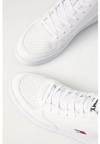 Białe sneakersy Tommy Jeans z okrągłym noskiem, z cholewką, na sznurówki