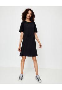MONCLER - Sukienka w stylu sportowym. Okazja: na co dzień. Kolor: czarny. Materiał: bawełna. Typ sukienki: sportowe. Styl: sportowy