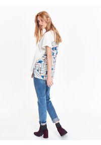 TOP SECRET - T-shirt damski, z łączonych materiałów, z wydłużonym tyłem, z nadrukiem. Okazja: na co dzień. Kolor: biały. Materiał: materiał. Długość: długie. Wzór: nadruk. Sezon: zima, jesień. Styl: elegancki, casual