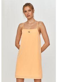 Calvin Klein Jeans - Sukienka. Okazja: na co dzień. Kolor: pomarańczowy. Materiał: dzianina. Długość rękawa: na ramiączkach. Wzór: gładki. Typ sukienki: proste. Styl: casual