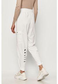 Białe spodnie dresowe Nike Sportswear z nadrukiem