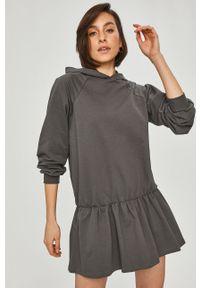 Fioletowa sukienka Answear Lab mini, raglanowy rękaw, z kapturem
