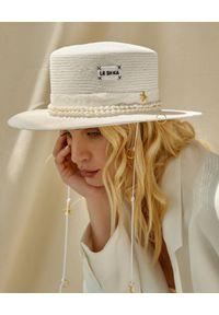 LESHKA - Biały kapelusz z pozłacanymi detalami Straw Canotier. Kolor: biały. Wzór: aplikacja. Sezon: lato. Styl: wakacyjny