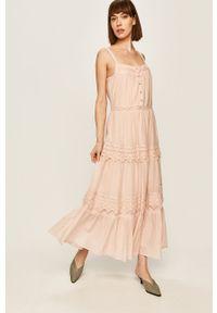 Różowa sukienka Pepe Jeans maxi, z aplikacjami, prosta