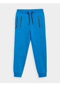 4f - Spodnie dresowe chłopięce (122-164). Okazja: na co dzień. Kolor: niebieski. Materiał: dresówka. Styl: casual