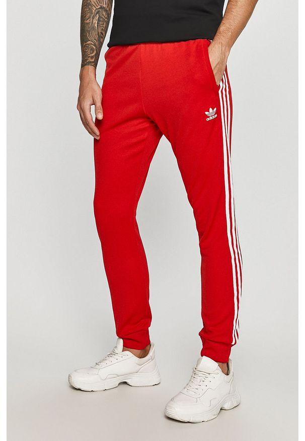 Czerwone spodnie dresowe adidas Originals z aplikacjami