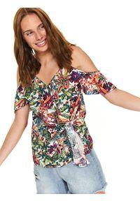 TOP SECRET - Printowana bluzka z falbanką. Okazja: na co dzień. Kolor: biały. Materiał: tkanina. Długość rękawa: na ramiączkach. Długość: krótkie. Wzór: kwiaty, kolorowy. Sezon: jesień, zima. Styl: wakacyjny, elegancki, casual