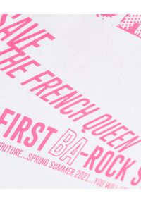 Versace Jeans Couture - VERSACE JEANS COUTURE - T-shirt z różowym napisem. Kolor: biały. Materiał: bawełna. Wzór: napisy. Styl: rockowy